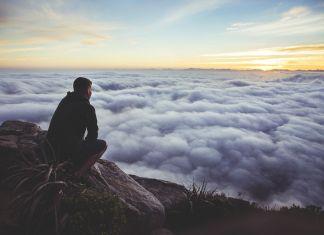waarom mindfulness - mindful moment met uitzicht over een wolkendek
